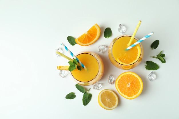 Coquetel de tequila ao nascer do sol e ingredientes em branco