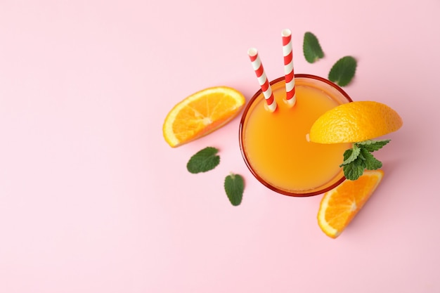Coquetel de tequila ao nascer do sol e ingredientes em rosa