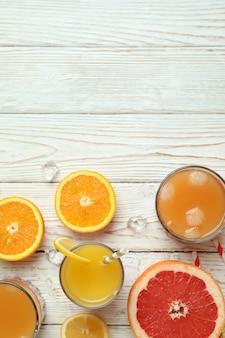 Coquetel de tequila ao nascer do sol e ingredientes na mesa de madeira