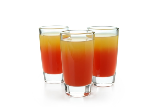 Coquetel de tequila ao nascer do sol isolado no branco