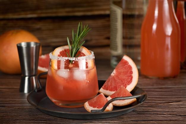 Coquetel de tequila com suco de toranja fresco combinado e alecrim.