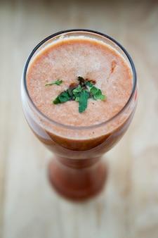 Coquetel de tomate fresco para desintoxicação suco vegetal em um copo