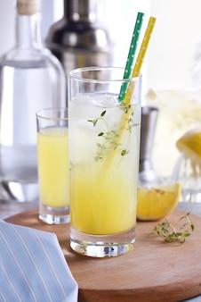 Coquetel de verão fácil (limoncello), suco de limão fresco, vodka e club soda ou água com gás.