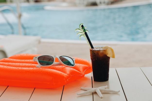 Coquetel de verão no parque aquático em férias