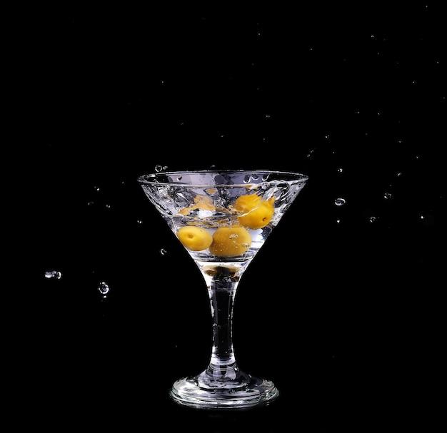 Coquetel de vermute dentro de uma taça de martini sobre fundo escuro