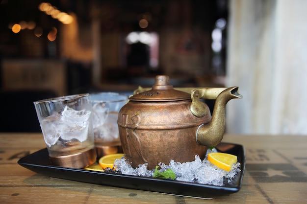 Coquetel de vodka no bule de chá