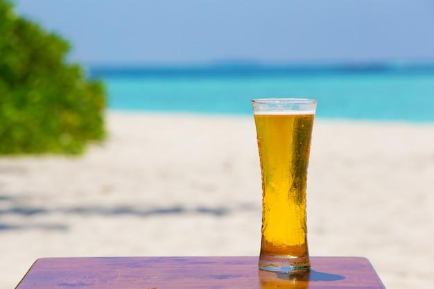 Coquetel e bebida coloerful na praia
