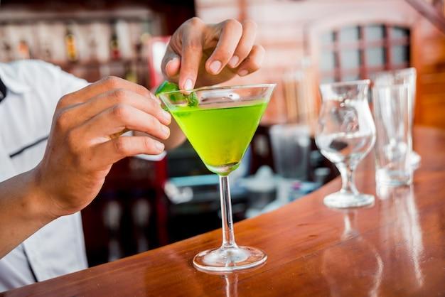 Coquetel em cima da mesa. bar e restaurante modernos.