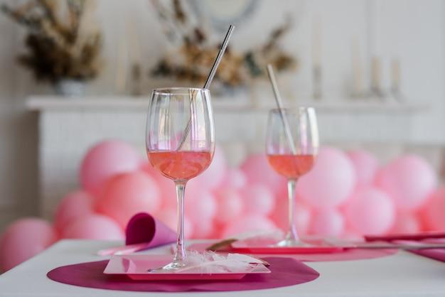 Coquetel em copos. configuração de mesa festiva elegante em tons brilhantes. casamento, aniversário, chá de bebê, decoração de festa de menina.
