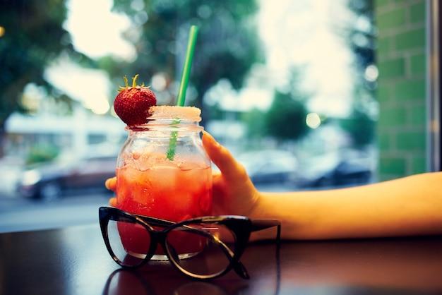 Coquetel em um café na mesa de descanso de copos