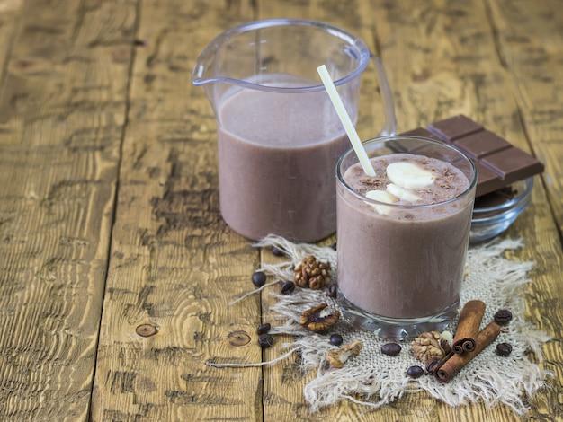 Coquetel em um copo com batidos de chocolate.