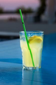 Coquetel especial do barman servindo álcool no copo de coquetel