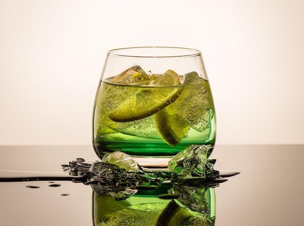 Coquetel fresco com laranja e gelo. bebida-bebida alcoólica, não alcoólica, no balcão do bar da discoteca.