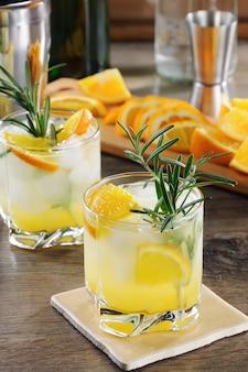 Coquetel gelado de vodka e tônica com a adição de suco de laranja espremido na hora