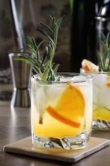 Coquetel gelado de vodka e tônica com adição de suco de laranja espremido na hora