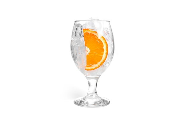 Coquetel isolado em um fundo branco. gelo com fruta laranja em copo isolado