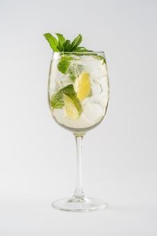 Coquetel mojito alcoólico em taça de vidro
