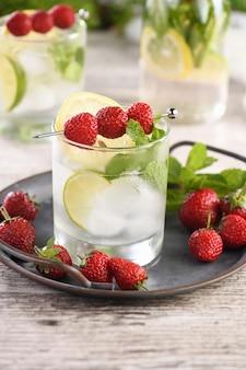 Coquetel mojito orgânico refrescante com rum fresco de limewhite combinado com morango e hortelã frescos
