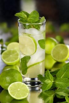 Coquetel mojito orgânico refrescante feito de rum branco de lima fresco combinado com suco fresco e hortelã