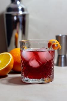 Coquetel negroni. amargo, gim, vermute, gelo. barra. receitas bebidas alcoólicas.