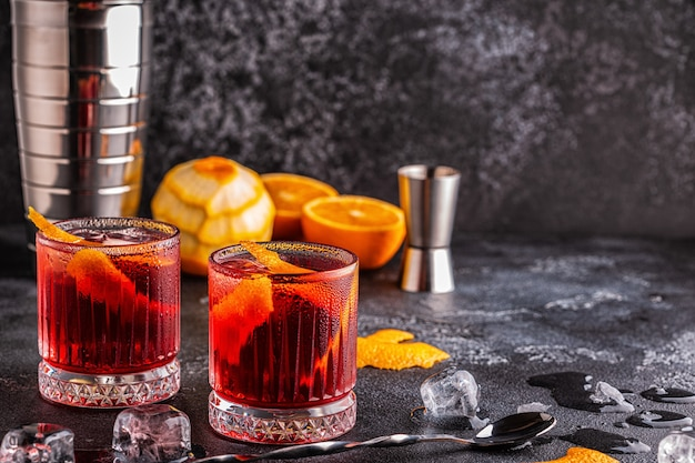 Coquetel negroni com casca de laranja e gelo
