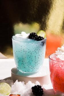 Coquetel refrescante com gelo e amoras