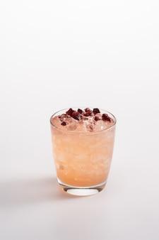 Coquetel refrescante de verão com gelo. água com gás, rum, purê de ruibarbo, xarope de maçã, suco de limão.