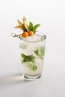 Coquetel refrescante de verão com gelo e álcool. sprite, licor triple sec, rum, xarope de sabugueiro, suco de limão.
