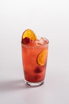 Coquetel refrescante de verão com gelo. refrigerante de limão, purê de mirtilo, suco de limão, purê de morango.