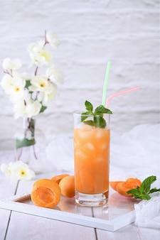 Coquetel refrescante e sem álcool, recém-cozido, feito de suco de damasco e hortelã