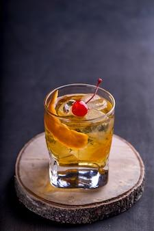 Coquetel refrescante gelado em um copo com cereja e toranja