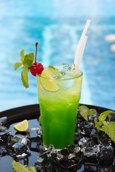Coquetel verde na piscina