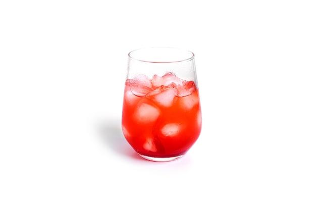 Coquetel vermelho isolado em um fundo branco. foto de alta qualidade