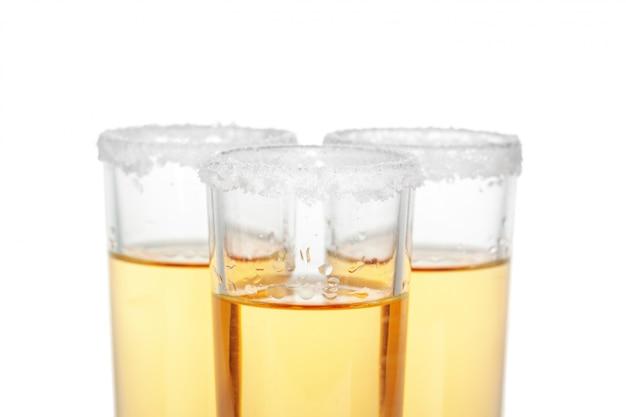 Coquetel vodka, gin, tequila isolado