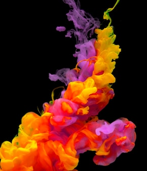 Cor acrílica dissolvendo-se em água