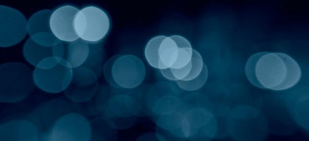 Cor azul clássica do ano. cor na moda em 2020. fundo desfocado, luzes brancas