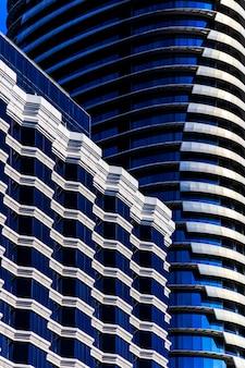 Cor azul e branca abstrata do edifício.