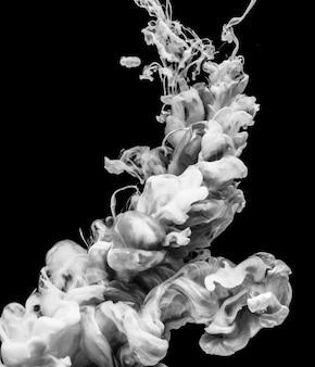 cor branca acrílica dissolvendo-se em água