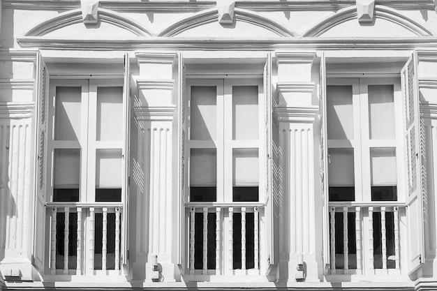 Cor branca e cinza das janelas e apartamento, fundo abstrato