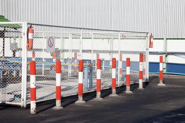 Cor de advertência do símbolo vermelha e branca no petróleo e no posto de gasolina.