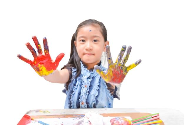 Cor de cartaz pintado colorido nas mãos do garoto asiático feminino e os dedos em fundo branco