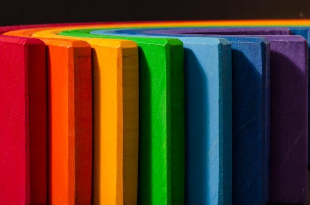 Cor de madeira empilhamento arco-íris forma crianças crianças brinquedo educativo definido.