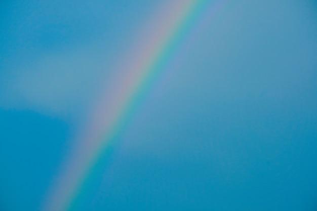 Cor do arco-íris e fundo do céu azul