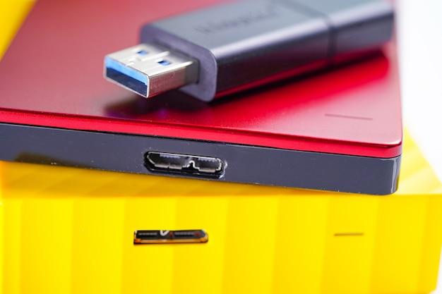 Cor do disco rígido externo vermelho e amarelo com pen drive usb
