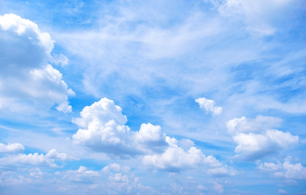 Cor do gradiente lindo céu de branco para azul usar para fundo de frescura e papel de parede