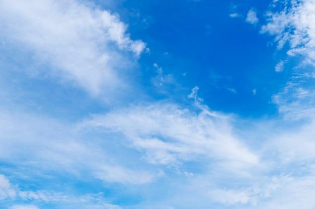 Cor do gradiente lindo céu de branco para azul