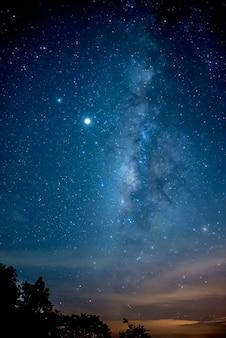 Cor e bela galáxia via láctea no céu noturno