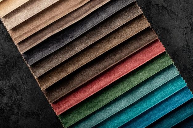 Cor escura, costurando tecidos de couro na sala de exposições