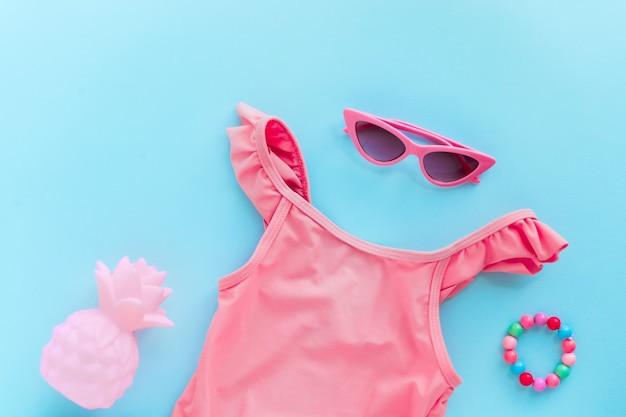 Cor lisa de fundo de verão com acessórios de férias