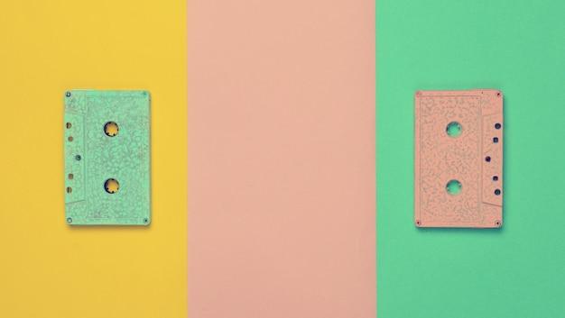 Cor pastel retro da cassete áudio em um papel colorido.
